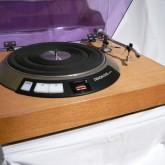 オーソドックスなデザインのレコードプレーヤーです。