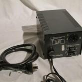 本体とは専用電源ケーブルで接続して使用します。