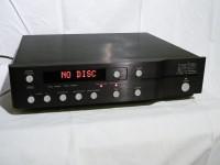 同社製プリアンプと共通デザインのCDプレーヤーです。