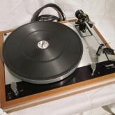 コンパクトにまとめられたレコードプレーヤーです。