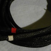内部に見える銀色部はシールドメッシュ、表面は黒のメッシュジャケットで保護されています。