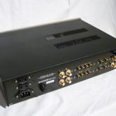 重要度が高いと思われる入出力に高品位パーツを採用。ACケーブルはIEC320タイプを採用しています。
