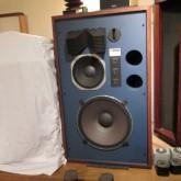 JBL スタジオモニターの代表作 4344 です。ブルーバッフルが映えます。