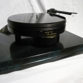 洗練と高級感、現代レコードプレーヤーの定番的デザインです。