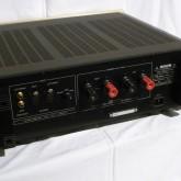 入力は XLR/RCA を前面のスイッチで選択可能です。