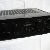 サンスイのプリメインアンプ上位モデル907です。