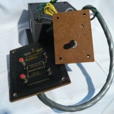 2way(intrenal/extrnal)切り替え式バインディングポストとHF用アッテネーターが付属しています。