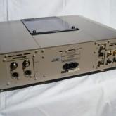 製品背面です。アナログ出力は XLR/RCA が装備されています。