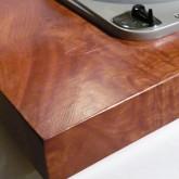 キャビネットは欅一枚板をくりぬいて使用。本物の質感は格別です。