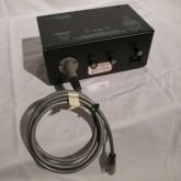 本体とは専用ケーブルで接続します。