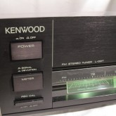 ブラックで直線基調のデザインは当時のトレンドでした。