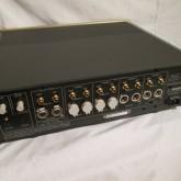 すべてのアナログ入出力は XLR / RCA コネクターに対応します。