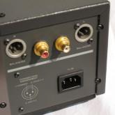 アナログ出力は XLR/RCA 各1系統です。XLR は 3+ です。