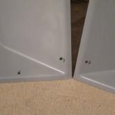 ホーン隅には固定用の穴があけられています。1本には白い塗料が点状に付着しています。