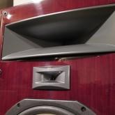 UHFドライバーはHFとWFの間に設置し、まとまりある音像感を獲得しています。