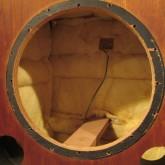 内部はバッフル面以外の5面に吸音材をめぐらせてあります。