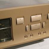 操作ボタンの形状・配置にも個性が光ります。