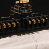 スピーカーターミナルはねじ式です。ケーブル接続はマイナスドライバーなどをご利用ください。