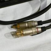 出力ケーブル先端の RCA プラグの拡大写真です。