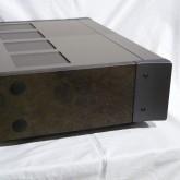 LHH-800R は特徴のあるサイドパネルを採用しています。パネル表面のクリア層が多少やわらかくなっています。