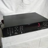 dbx のパラメトリック イコライザーです。マイクで音場を測定し、イコライジングできます。