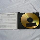 ディスクは CD-R ですが、シリアルナンバー管理されており、コピープロテクトがかけられています。