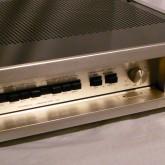 フロントパネルを開けて撮影しました。2系統接続でき、それぞれロードインピータンスを設定できます。