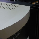 製品前面の角部には写真のような小さな傷が複数あります。