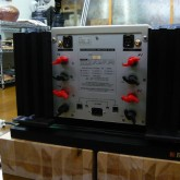 bi-wire 対応しやすいスピーカー出力ターミナルです。入力は RCA / XLR 選択式です。