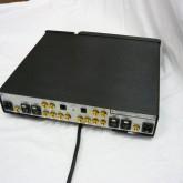 製品背面部の写真です。電源ケーブルは製品下部に接続します。形状は IEC320 が採用されています。