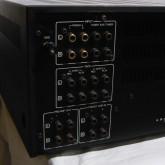 入出力端子部分の拡大写真です。同社製品にしては珍しくプリアウト・メインイン端子も装備されています。