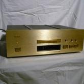 ディスクピックアップで高い信頼性を誇る VRDS 機構採用の CD プレーヤーです。