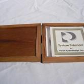 木箱の中には通常のCDケースが納められています。