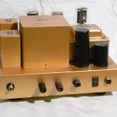 出力は8Ω基準です。ACケーブルは黒のメタルソケット2Pです。