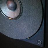片方の TW には写真のような小傷がありますが、性能・音質には影響ありません。