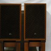 家具調の木製組格子が美しい製品です。同社製品 SP-LE8T と良く似ています。