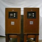 ケーブルターミナルの脇には中域・高域用アッテネーターが装備されています。