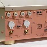 アナログ音声出力部です。通常の RCA のほか XLR(2hot) も装備されています。