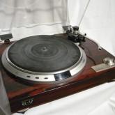 アナログ全盛時代のレコードプレーヤーです。当時の製品は量産モデルでもしっかりとしたつくりです。