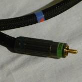 RCA プラグの拡大写真です。信頼感あるプラグが採用されています。