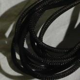 ケーブルは黒のメッシュジャケットを装備しています。