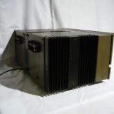 製品横部です。比較的コンパクトな放熱フィンが装備されています。