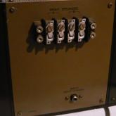 スピーカー出力端子は 端子台 です。Y-lug などを利用しての接続をお勧めします。