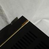 製品後部のサイドウッドパネルには小さなダメージ(写真)があります。