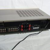 背面部です。スピーカー2系統、プリアウト端子など多彩な機能を有しています。