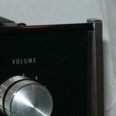 製品正面向かって右上、volume 右のガラスパネルにダメージがあります。