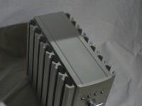 コンパクトな筐体、特徴あるデザインです。