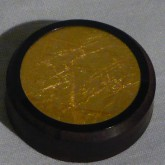 金色の固体は金箔が用いられています。この固体をお部屋の中央に設置します。