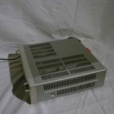 キャビネットには放熱孔が多く見られますが、発熱量は多くありません。