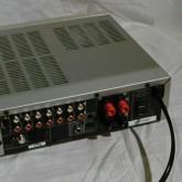 背面部です。レシーバーなので AM/FM アンテナ端子も配されています。